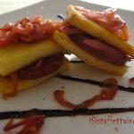 Sandwich di polenta croccante e salame con l'aceto