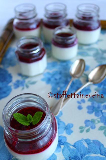 Panna cotta al profumo di menta con salsa ai lamponi