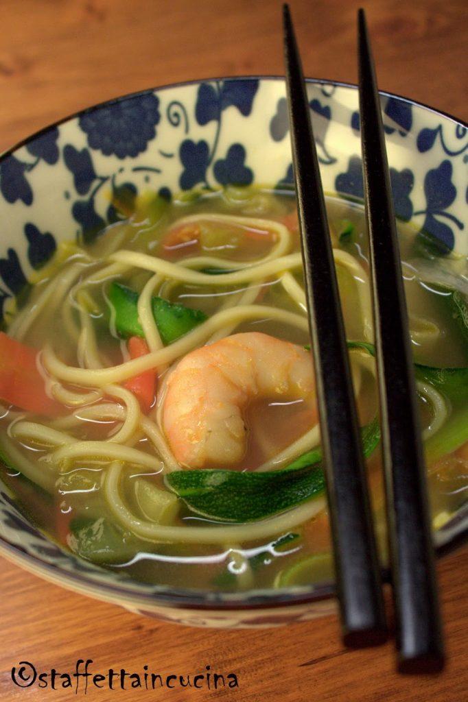 Zuppa di noodle con gamberi e verdure