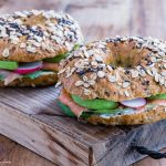 Bagel al salmone e avocado